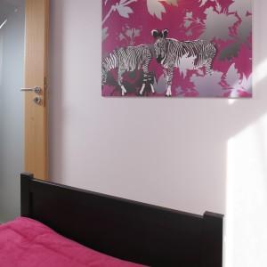 Nawet obraz na ścianie jest w dziewczęcej kolorystyce. Projekt: Patrycja Grych. Fot. Bartosz Jarosz.