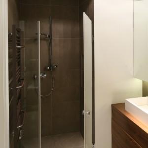 Łazienkę urządzono w nowoczesny sposób. Mimo niewielkiej przestrzeni znajdziemy tutaj miejsce na prysznic, wannę i dwie umywalki. Projekt: Agnieszka Ludwinowska. Fot. Bartosz Jarosz.
