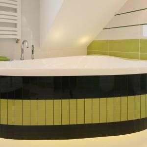 Kształt umywalek nawiązuje do pozostałej ceramiki w łazience. Ciekawy kształt wanny umieszczonej w narożniku, okrągły brodzik i wysokie, stawiane na blat umywalki tworzą spójne wyposażenie. Projekt: Agnieszka Bonin-Jarkiewicz. Fot. Bartosz Jarosz.