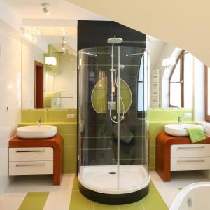 W łazience zaprojektowany nietypowy, symetryczny podział przestrzeni. Centralną część stanowi strefa prysznicowa, która rozdziela dwie, identyczne strefy umywalkowe. Projekt: Agnieszka Bonin-Jarkiewicz. Fot. Bartosz Jarosz.