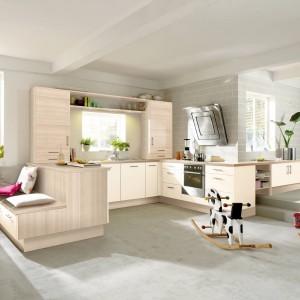 Piękna kuchnia, zdominowana przez beże i szarości. Kolor bielonego drewna buduje przytulność we wnętrzu, przy jednoczesnym dodaniu aranżacji lekkości. Fot. Impuls, program IP 2200.