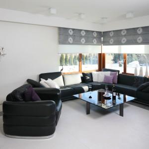 Chłodny, minimalistyczny salon urządzony został bieli i czerni. Duży narożnik stanowi główne, choć nie jedyne wyposażenie. Projekt: Małgorzata Borzyszkowska. Fot. Bartosz Jarosz.