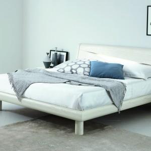 Wykorzystując meble o prostej formie, wykonane z bielonego drewna możemy w nieskomplikowany sposób stworzyć nowoczesną, jasną aranżację sypialni w skandynawskim klimacie. Fot. Go Modern Furniture.