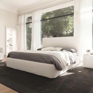 Duże okna w sypialni otwierają przestrzeń oraz rozjaśniają aranżację. Dla dyskrecji warto jednak ubrać je w lekkie, białe zasłony, które oddadzą elegancji i lekkości. Fot. Desire Italia.