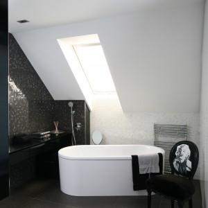 W stylowej łazience przy sypialni swoje miejsce pod skosem dachowym znalazła wanna wolno stojąca. Projekt: Paweł Kubacki. Fot. Bartosz Jarosz.