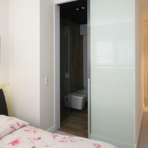Łazienka znajduje się tuż przy sypialni pani i pana domu: oba pomieszczenia stanowią przestrzeń stricte prywatną. Projekt: Dominik Respondek. Fot. Bartosz Jarosz.