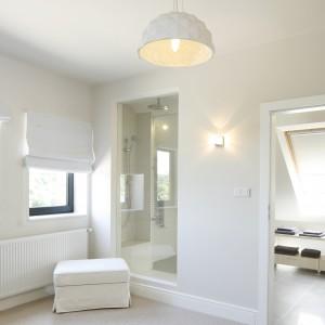 Ciekawe rozwiązanie: przeszklona kabina prysznicowa jest widoczna także z sypialni. Projekt: Kamila Paszkiewicz. Fot. Bartosz Jarosz.