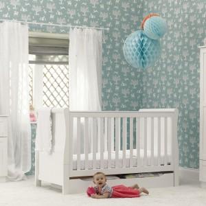 Urządzając wnętrze białymi meblami zadbajmy o kolorowe tło dla nich. W tej roli sprawdzi się np. tapeta w subtelne wzory. Fot. Mothercare.