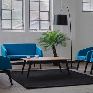 Kolekcja sof i foteli FIN powstała dla marki Marbet Style. Ich forma nawiązuje do najlepszych tradycji polskiego wzornictwa z lat pięćdziesiątych i sześćdziesiątych. Ponadczasowy design oparto na prostych liniach, harmonijnych kształtach i starannie wykonanych detalach. Jednocześnie meble z tej kolekcji są bardzo praktyczne i funkcjonalne. Fot. Marbet Style.
