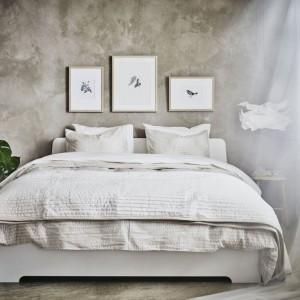 Wykorzystując biel połączoną z betonową szarością można stworzyć minimalistyczne wnętrze pozbawione rozpraszających bodźców. Fot. IKEA.