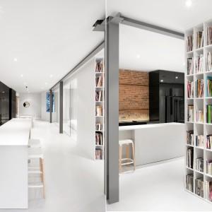 Stalowe belki konstrukcyjne wyznaczają ciąg komunikacyjny w mieszkaniu i symbolicznie dzielą przestrzeń na jej poszczególne funkcje. Projekt: Anne Sophie Goneau. Fot. Adrien Williams.