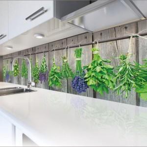 Nad blatem można zamontować relingi, na których powiesimy doniczki z ziołami lub... pokryć ścianę tapetą z roślinnością, wiszącą na tle drewnianych desek. Motyw przywodzi na myśl kuchenny ogródek. Fot. Grafdeco.