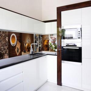 W białej kuchni fototapeta z herbacianym kolarzem ociepla wizualnie przestrzeń, nakłaniając do relaksu przy filiżance herbaty.  Fot. Glamstore.