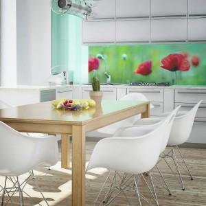 Czerwone maki na tle zielonej łąki to urokliwy motyw, który pięknie ożywia białą kuchnię. Zestawienie kontrastujących kolorów: mocnej czerwieni i delikatnej zieleni, dodatkowo uwydatnia stonowany charakter wnętrza. Fot. Dekornik.