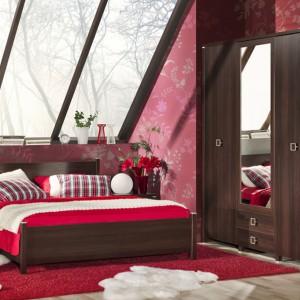 Zestaw Kongo marki Marmex w kolorze wenge tworzy łóżko, 2 stoliki nocne oraz szafa. Sprawdzi w klasycznej sypialni, także we wnętrzu na poddaszu. Cena: 1.700 zł. Fot. Marmex.