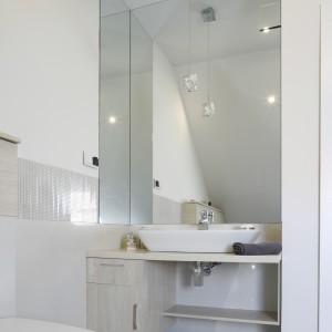 W tej łazience zdecydowano się na umieszczenie lampy sufitowej nad umywalką. Mimo prostej formy stanowi również ciekawy akcent dekoracyjny. Projekt: Kamila Paszkiewicz. Fot. Bartosz Jarosz.
