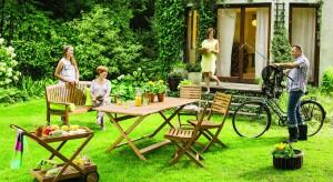 W ogrodzie nie może zabraknąć wygodnych mebli. Drewniane krzesła, stoły, ławki będą nie tylko wygodne, ale bardzo piękne.
