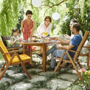 Krzesła ogrodowe z wysokim oparciem wykonane z drewna akacjowego. Meble są trwałe i odporne na działanie czynników atmosferycznych. Krzesła można złożyć dzięki czemu podczas przechowywania zajmują mało miejsca. Dostępne w ofercie Tchibo. Fot. Tchibo.