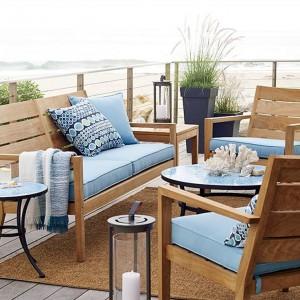 Meble z kolekcji Regatta wykonane z drewna teakowego. Do mebli możemy zamówić poduszki dostępne w trzech kolorach: białym, błękitnym oraz grafitowym. Fot. Crate&Barrel.
