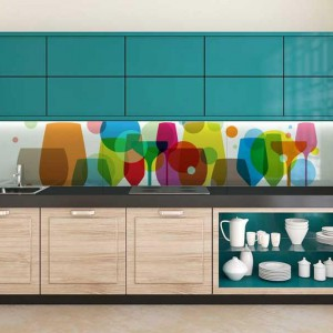 Kolorowe meble kuchenne dodatkowo ożywają w towarzystwie wielobarwnych rysunków w kształcie większych i mniejszych kieliszków. Fot. Minka.