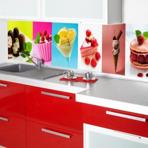 Propozycja idealna dla łasuchów! Kolorowe rozmaite desery zdobią ścianę nad blatem w tej kuchni. Stanowią kolorystyczny akcent i inspirację do kulinarnych zmagań. Fot. Artofwall.