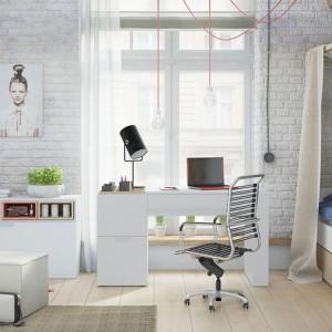Meble z kolekcji 4 You marki Vox nadają się zarówno do małych jak i dużych przestrzeni. Białe komody posiadają łatwo wysuwane szuflady. Jednoosobowe łóżko z baldachimem wprowadzi do aranżacji wrażenie wyjątkowości właścicielki pomieszczenia. Fot. Vox.