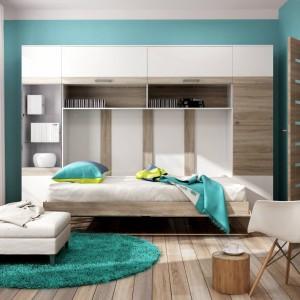 Praktyczna meblościanka Albena firmy Dig-Net Meble to praktyczne rozwiązanie do niewielkiego pokoju, łączące funkcje półek, szafy i łóżka. Modne połączenie bieli z drewnem daje duże możliwości komponowania dodatków. Fot. Dig-Net Meble.