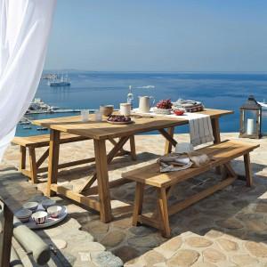 Meble Riva wykonana z drewna teakowego. W kolekcji znajdziemy stół oraz ławy ogrodowe. Fot. Maison du Monde.