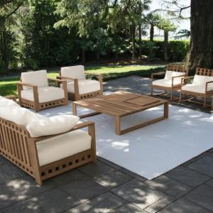 Ogrodowe meble wypoczynkowe z kolekcji Square. Meble o prostej formie wykonano z litego drewna teakowego. Projekt: Livia Pansera. Fot. Meridiani.