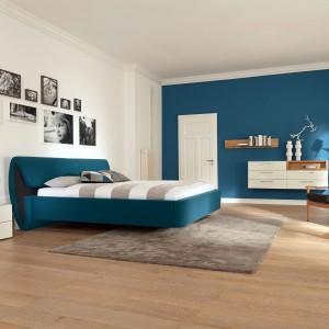 Ciemnoniebieskie, tapicerowane miękką tkaniną łóżko z kolekcji Sera marki Hulsta, będzie najmocniejszym elementem każdej aranżacji. Fot. Hulsta.
