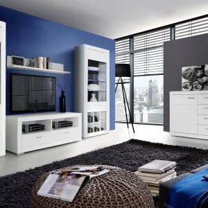 Snow  to proste, geometryczne meble do salonu dostępne w dekorze biały uni mat, segmentową konstrukcję frontów tworzą dekoracyjne poziome frezowania, niebieskie światło we wnętrzach witryn podkreśla linię szklanych półek. Fot. Forte.