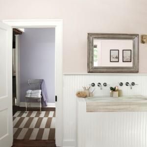 Farbę w łązience możemy zastosować od pewnej wysokości. W klasycznie urządzonej łazience na dolnej części ścian umieszczono boazerię, pozostałą część pomalowano jasnym odcieniem. Na zdjęciu: ściana pomalowana farbą marki Benjamin Moore. Fot. Benjamin Moore.
