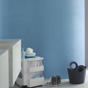 Farba w łazience umożliwia wprowadzenie gładkich powierzchni w dowolnym kolorze. Na zdjęciu: ściana pomalowana farbą marki Dulux. Fot. Dulux.