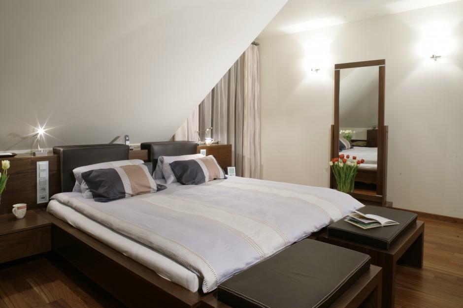 W dużej sypialni miejsce...  Sypialnia na poddaszu. Tak możesz ją urządzić  Strona: 14