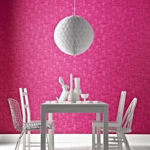 Żywy, intensywny odcień różu, w jakim wykonano geometryczny motyw tej tapety ożywia białą jadalnię. Ciekawy efekt daje zróżnicowanie nasycenia koloru, tworzące wrażenie trójwymiarowej powierzchni. Fot. Eksim/Graham&Brown.