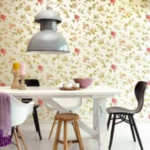 Tapeta Lavender Dream - jak sugerować może już sama nazwa - sprawi, że jadalnia wypełni się kwiatami Lawendy. Fot. Decomania/Eijffinger.