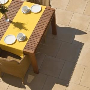 Nawierzchnia na tarasie powinna współgrać z bryła domu i stylem ogrodu. Na zdjęciu: płyty tarasowe Tierra, które stanowią połączenie elegancji z fakturą, która przywodzi na myśl naturalny kamień. Fot. Libet.