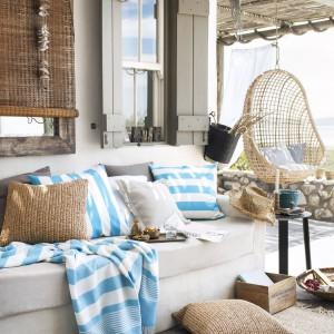 Ostatnim etapem podczas aranżacji tarasu jest dobór dodatków. Ciepłe tkaniny, poduszki czy dekoracje dodadzą przytulności. Fot. H&M Home.