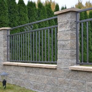 Ogrodzenia GORC mają charakterystyczną łupaną powierzchnię. Do wyboru jest kilka odcieni bloczków, co umożliwia dopasowanie ogrodzenia do koloru dachu, elewacji lub innego elementu otoczenia. Fot. Joniec.