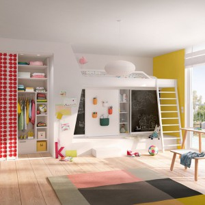 Dzieci szybko rosną gromadząc coraz to więcej rzeczy. Dlatego w przestrzeni kilkulatka z czasem przyda się duża szafa, np. z drzwiami przesuwnymi. Fot. Raumplus.
