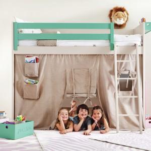 W pomysłowej aranżacji pokoju kilkulatka pomoże łóżko na antresoli. Pod legowiskiem można urządzić np. domek do zabawy. Fot. Cuckooland.