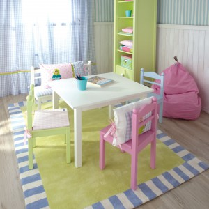 Stolik i krzesła to niezbędne wyposażenie pokoju przedszkolaka. Kupując ten zastaw należy zwrócić uwagę, by był dostosowany do niewielkiego wzrostu pociechy. Fot. The Baby Cot Shop.