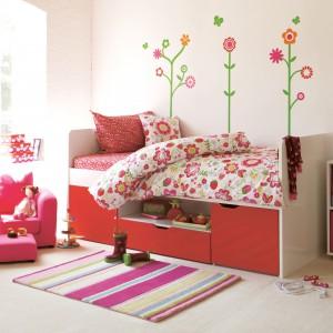 Łóżko w pokoju dziecka powinno być nie tylko wygodne, ale i praktyczne. Doskonale sprawdzi się model z szufladami, na pościel i zabawki. Fot. Southside Cabin Bed.