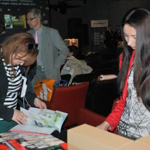 Goście z zainteresowaniem zapoznawali się z materiałami firm.   fot. J. Kokoszkiewicz.jpg