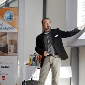 W swym wystąpieniu podkreślał najważniejsze cechy i zalety produktów Hansgrohe.  / fot. Bartosz Jarosz