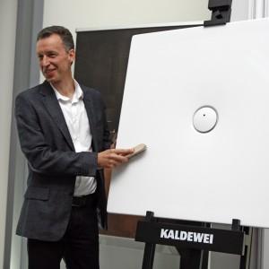 Osobiście udowadniał odporność produktów - m.in. na ścieranie.  / fot. Bartosz Jarosz