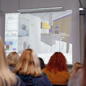 Pokazywała jak można stworzyć projekt wnętrz przy użyciu programu oferowanego przez firmę.  / fot. Bartosz Jarosz
