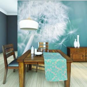 Ścianę w jadalni udekorowano turkusową tapetą z delikatnym dmuchawcem. To nie tylko naturalny motyw w przestrzeni domu, ale i akcent dodający aranżacji pomieszczenia lekkości. Fot. Dekornik.
