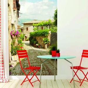 Pełna słońca i kwitnących roślin urokliwa, wąska uliczka w Chorwacji zdobi ścianę tej jadalni. Widok z perspektywą nadaje pomieszczeniu głębię, powiększając je optycznie, a żywe kolory i roślinność na zdjęciu wprowadzają wiosenny klimat. Fot. Dekornik.
