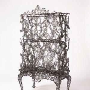 Komoda Engineering Temporality autorstwa studia markunpoika, założonego przez fińskiego designera Tuomasa Markunpoikę. Na targach w Dubaju oryginalny mebel został zaprezentowany przez galerię FUMI w Londynie. Fot. dzięki uprzejmości galerii FUMI.